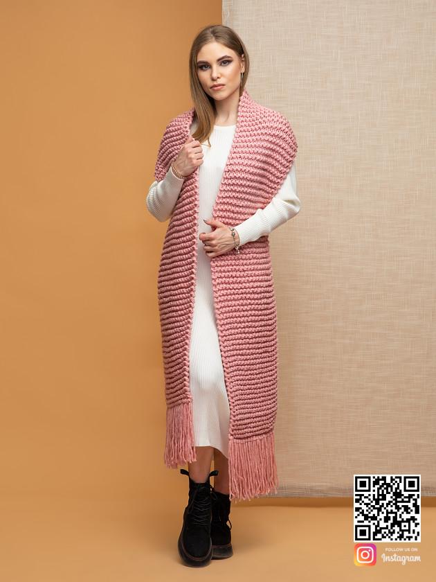 На фотографии женский шарф с бахромой от Shapar, бренда вязаной одежды ручной работы в интернет-магазине связанных спицами вещей.