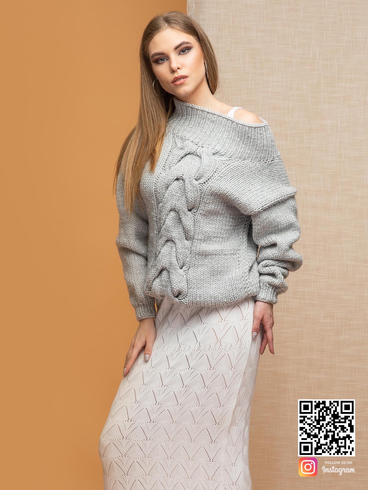 На пятой фотографии женский светло-серый джемпер со спущенным плечом от Shapar, бренда вязаной одежды ручной работы в интернет-магазине связанных спицами вещей.