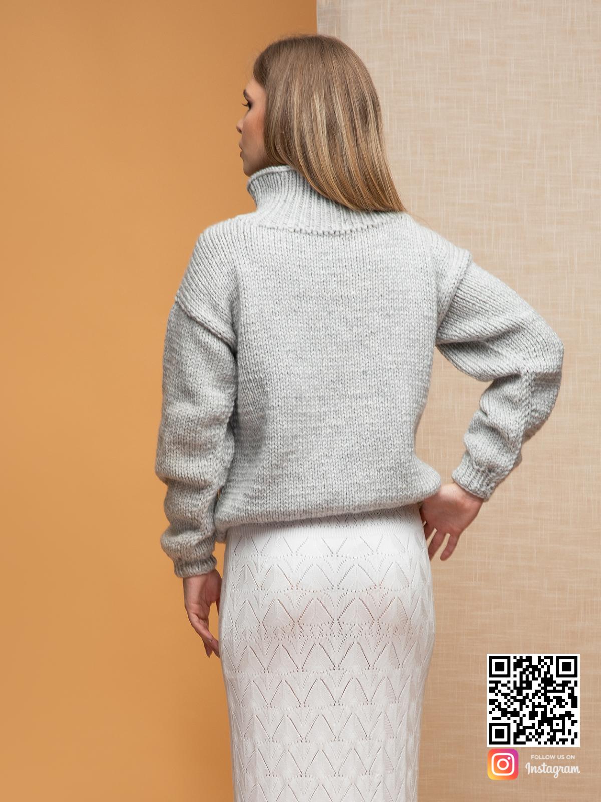 На второй фотографии женский светло-серый джемпер со спины от Shapar, бренда вязаной одежды ручной работы в интернет-магазине связанных спицами вещей.