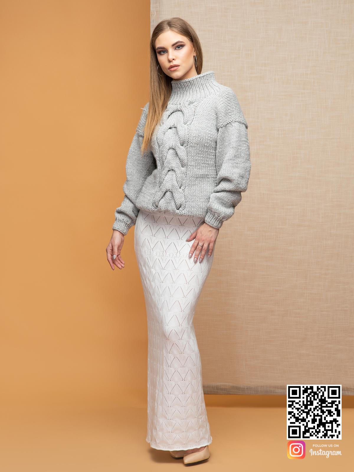 На третьей фотографии женский светло-серый джемпер с крупной косой от Shapar, бренда вязаной одежды ручной работы в интернет-магазине связанных спицами вещей.