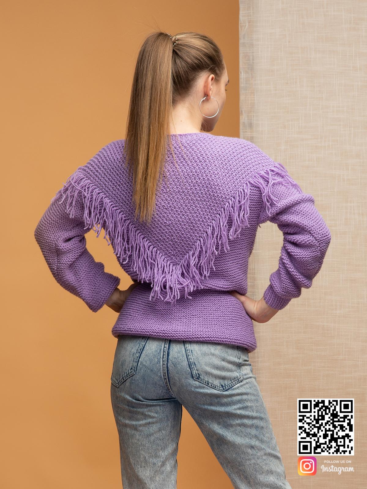 На пятой фотографии свитер бохо с бахромой от Shapar, бренда вязаной одежды ручной работы в интернет-магазине связанных спицами вещей.