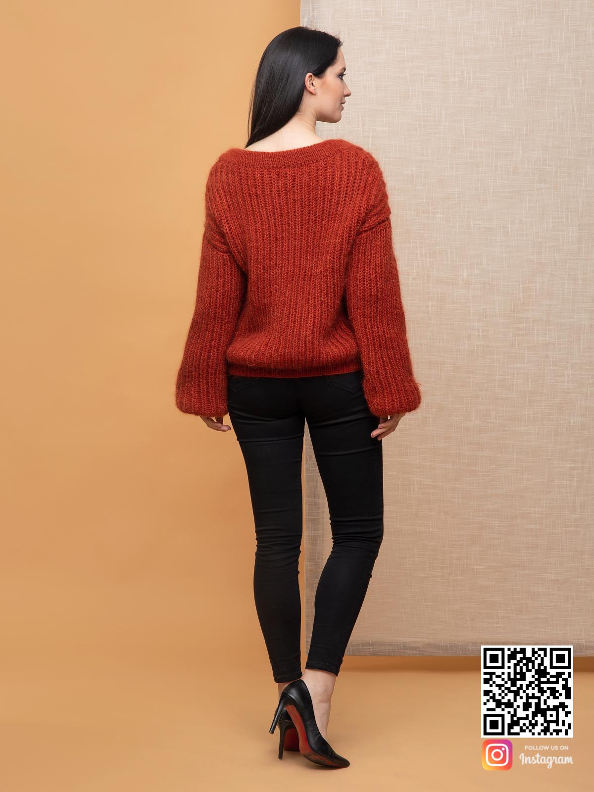 На второй фотографии свитер из мохера женский со спины от Shapar, бренда вязаной одежды ручной работы в интернет-магазине связанных спицами вещей.