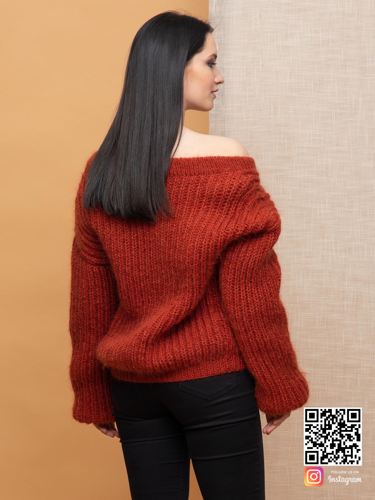 На пятой фотографии мохеровый свитер для девушек и женщин от Shapar, бренда вязаной одежды ручной работы в интернет-магазине связанных спицами вещей.