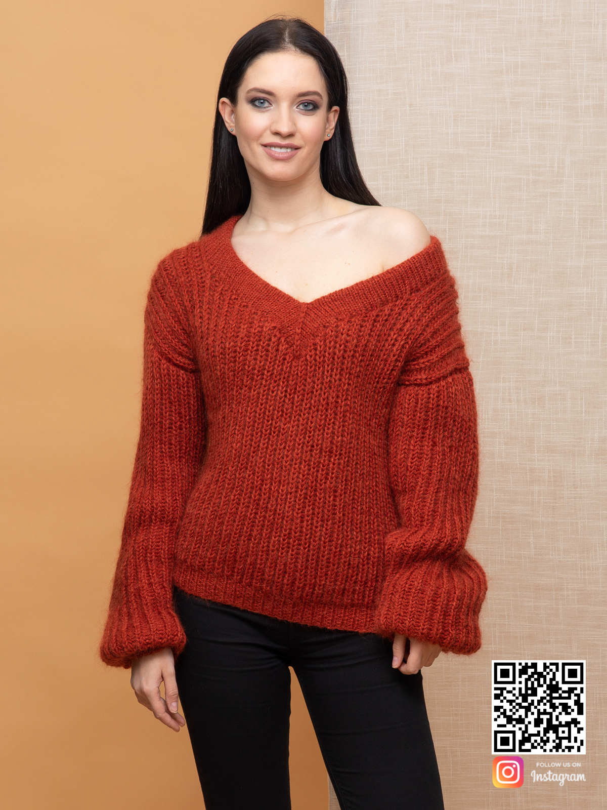 На четвертой фотографии свитер из мохера женский на одно плечо от Shapar, бренда вязаной одежды ручной работы в интернет-магазине связанных спицами вещей.