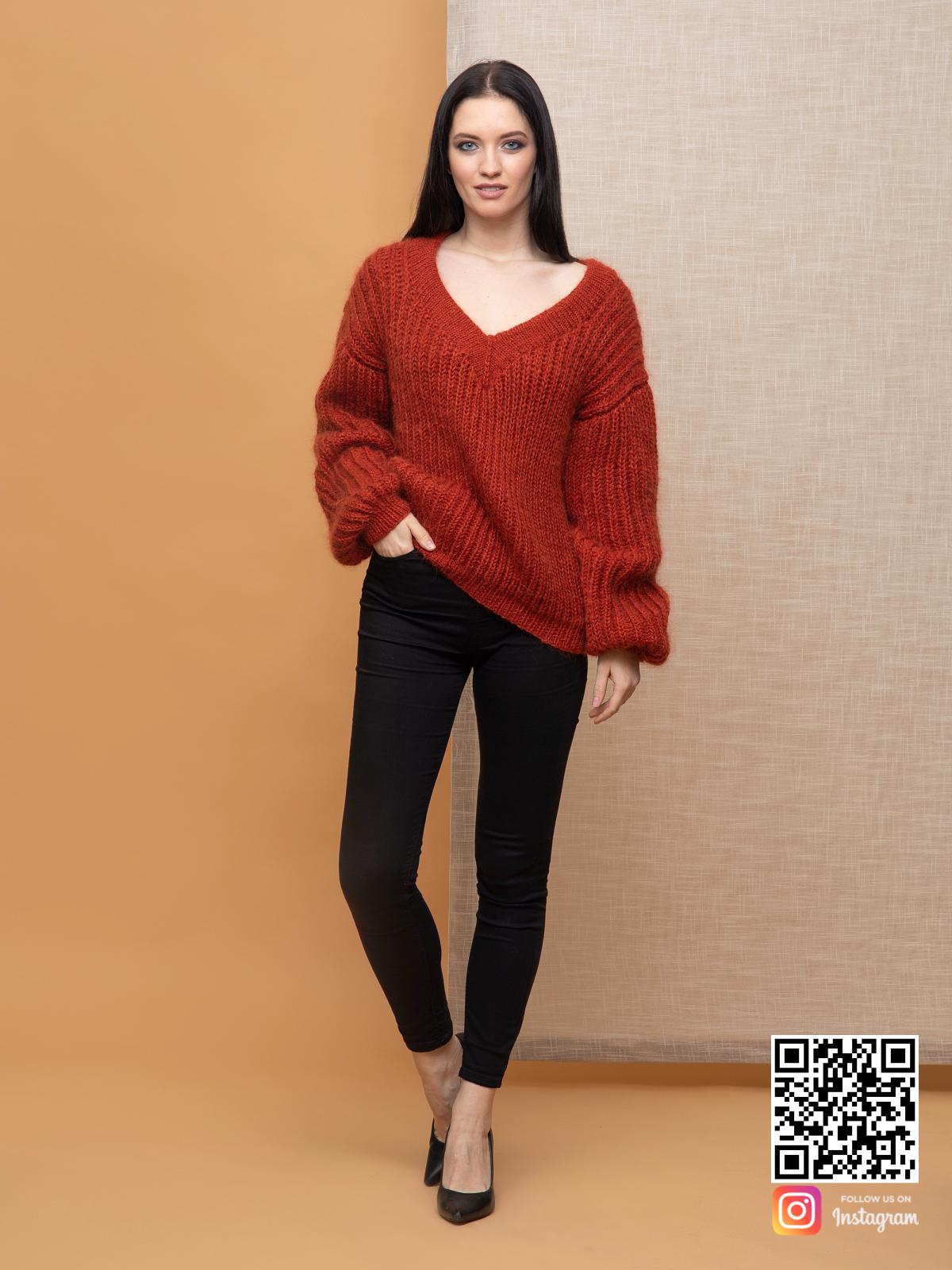 На третьей фотографии терракотовый свитер из мохера женский с V вырезом от Shapar, бренда вязаной одежды ручной работы в интернет-магазине связанных спицами вещей.