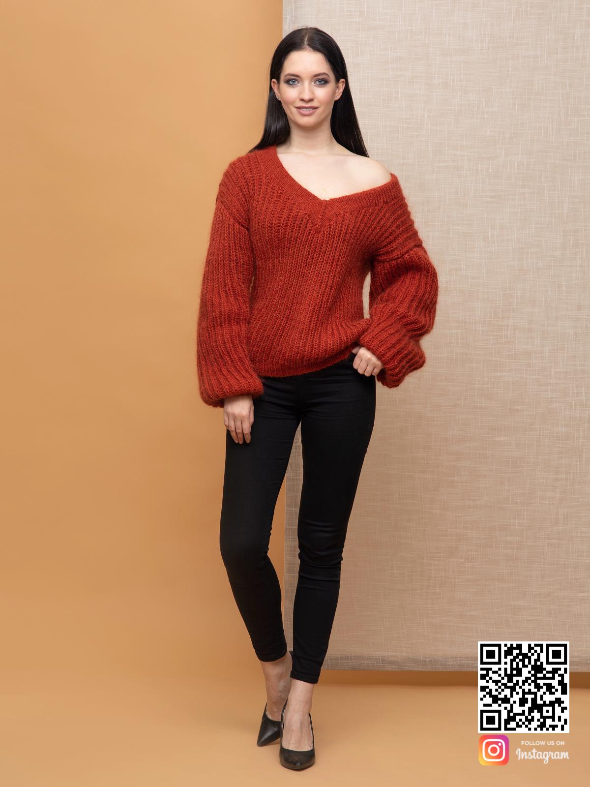 На фотографии свитер из мохера женский от Shapar, бренда вязаной одежды ручной работы в интернет-магазине связанных спицами вещей.