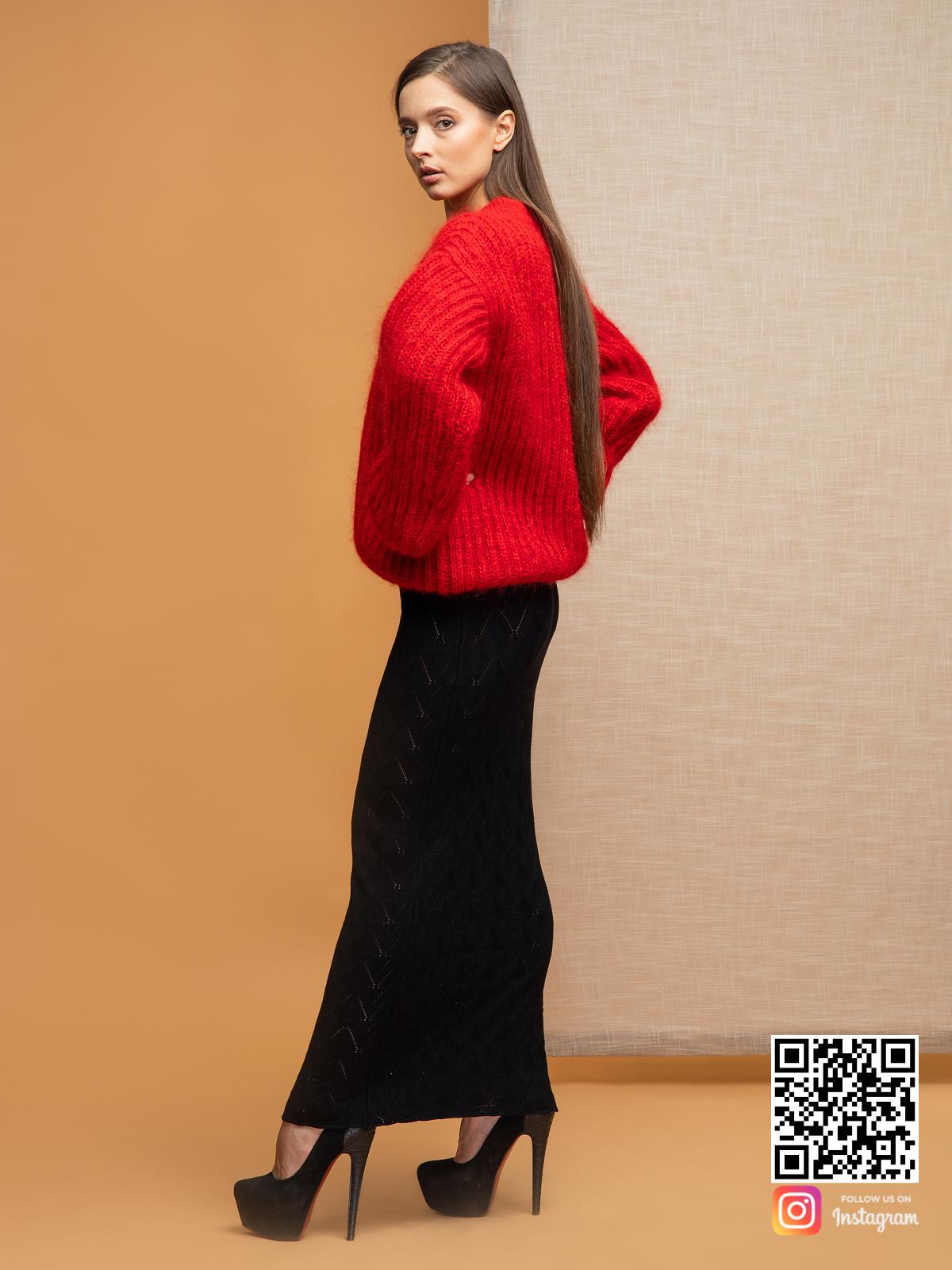 На четвертой фотографии стильный объемный свитер красного цвета от Shapar, бренда вязаной одежды ручной работы в интернет-магазине связанных спицами вещей.