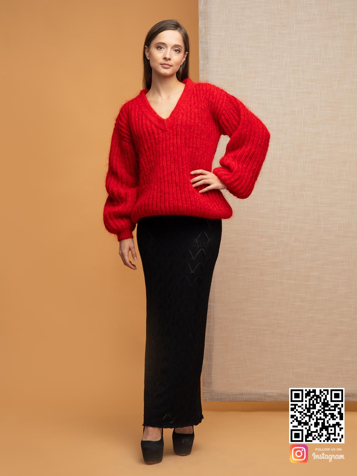 На третьей фотографии пушистый свитер красного цвета с V-вырезом от Shapar, бренда вязаной одежды ручной работы в интернет-магазине связанных спицами вещей.