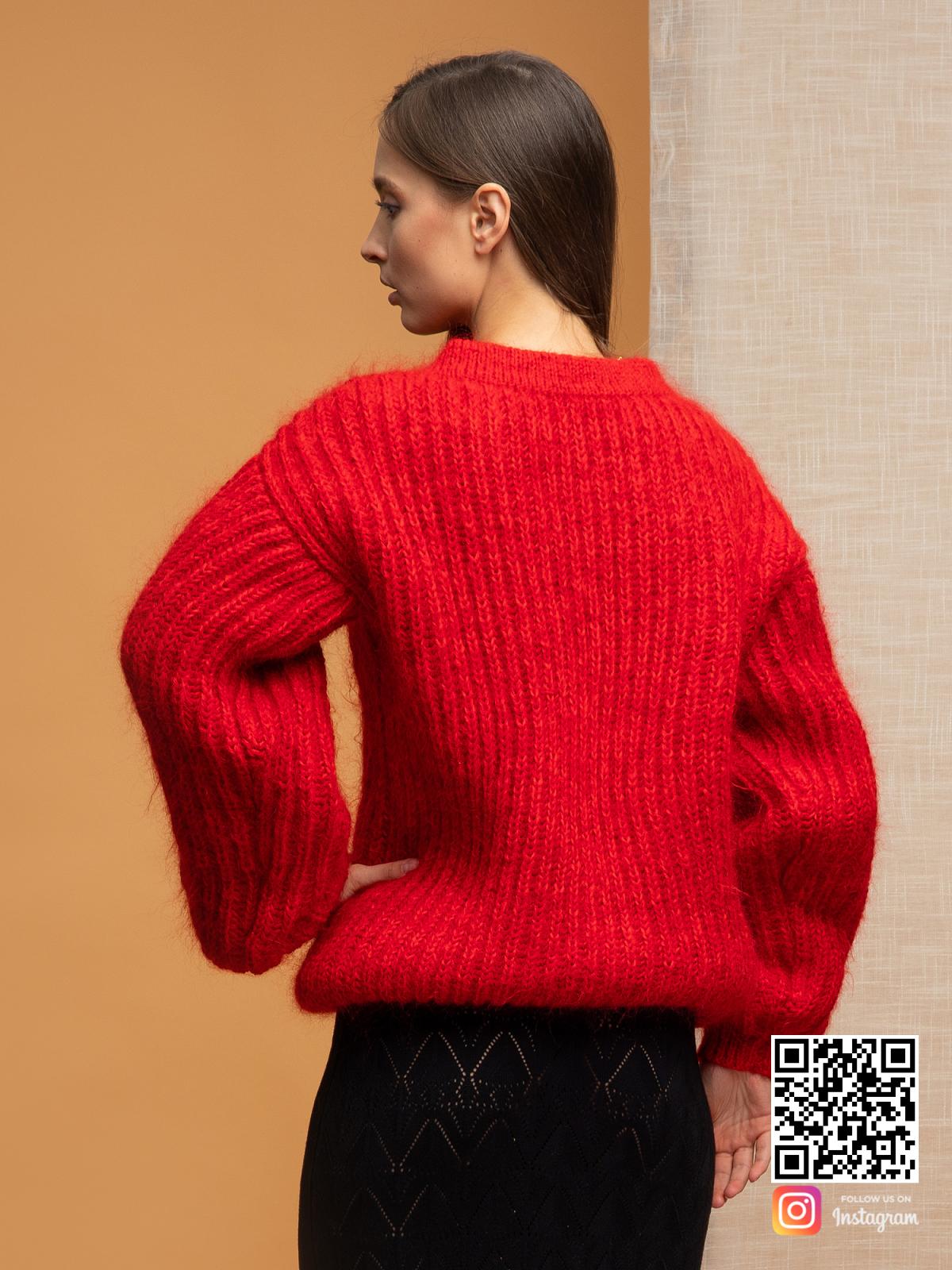 На второй фотографии свитер красного цвета женский со спины от Shapar, бренда вязаной одежды ручной работы в интернет-магазине связанных спицами вещей.