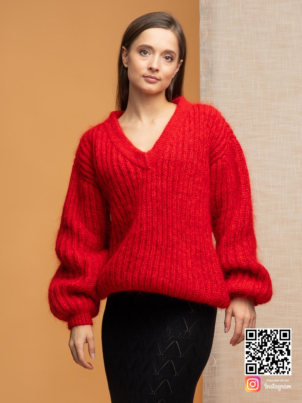На фотографии свитер красного цвета от Shapar, бренда вязаной одежды ручной работы в интернет-магазине связанных спицами вещей.