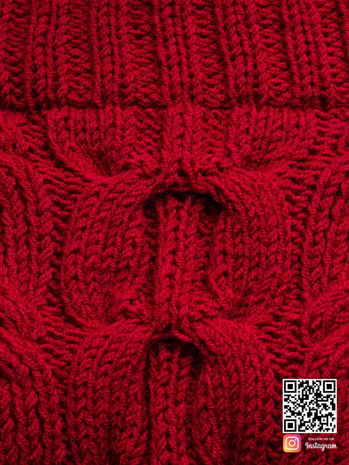 На четвертой фотографии женский свитер марсала крупным планом от Shapar, бренда вязаной одежды ручной работы в интернет-магазине связанных спицами вещей.