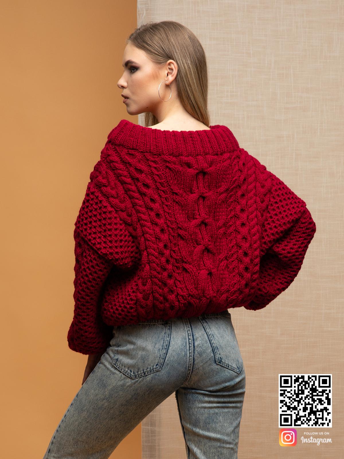 На второй фотографии женский свитер марсала со спины от Shapar, бренда вязаной одежды ручной работы в интернет-магазине связанных спицами вещей.