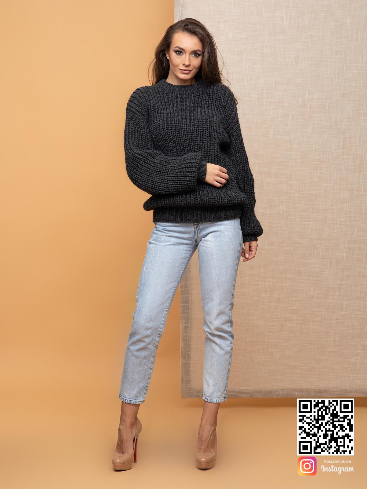 На фотографии свитер оверсайз для женщин от Shapar, бренда вязаной одежды ручной работы в интернет-магазине связанных спицами вещей.