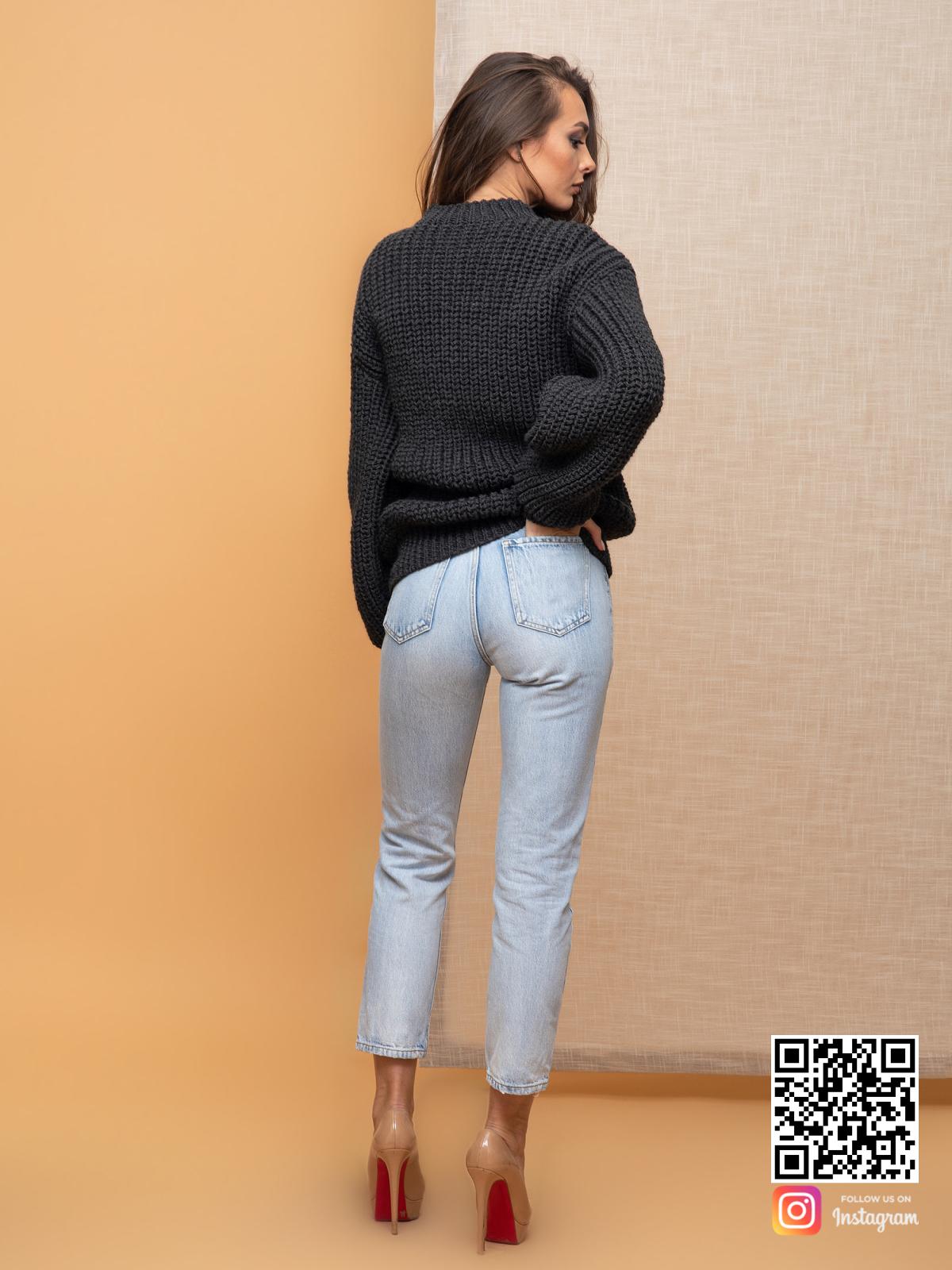 На второй фотографии свитер оверсайз для женщин со спины от Shapar, бренда вязаной одежды ручной работы в интернет-магазине связанных спицами вещей.