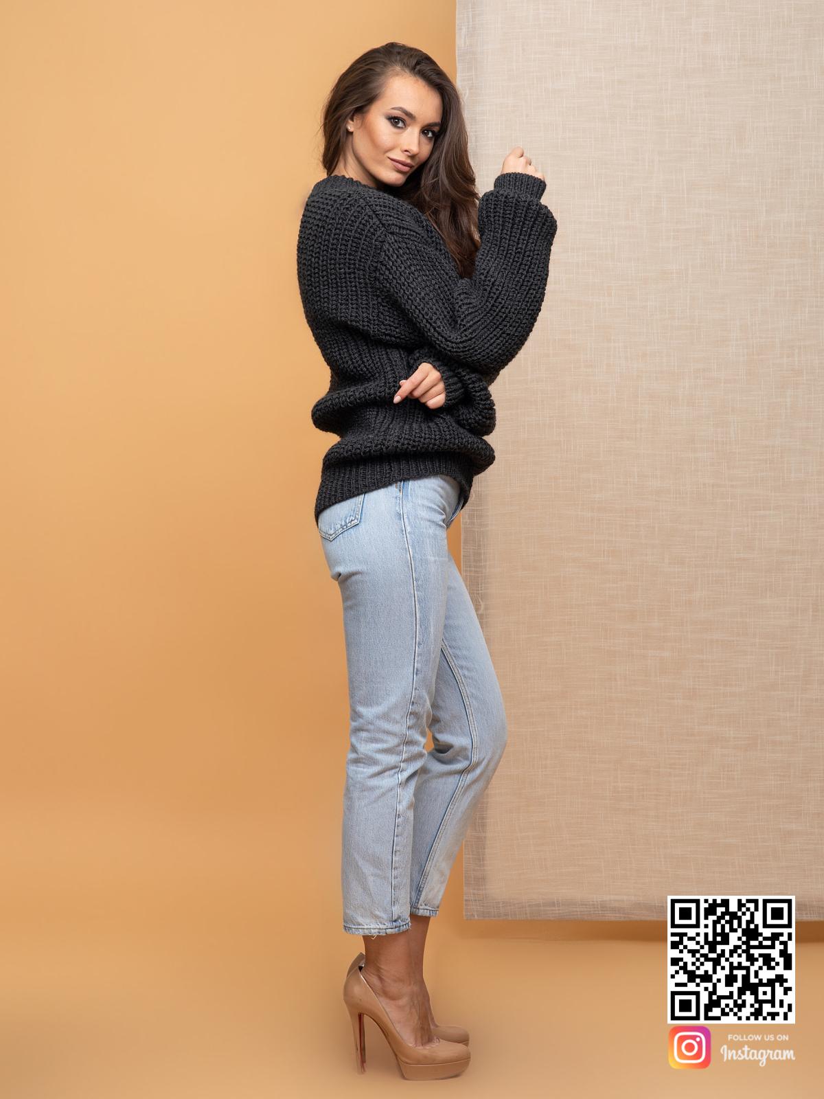 На третьей фотографии темно-серый свитер оверсайз для женщин от Shapar, бренда вязаной одежды ручной работы в интернет-магазине связанных спицами вещей.