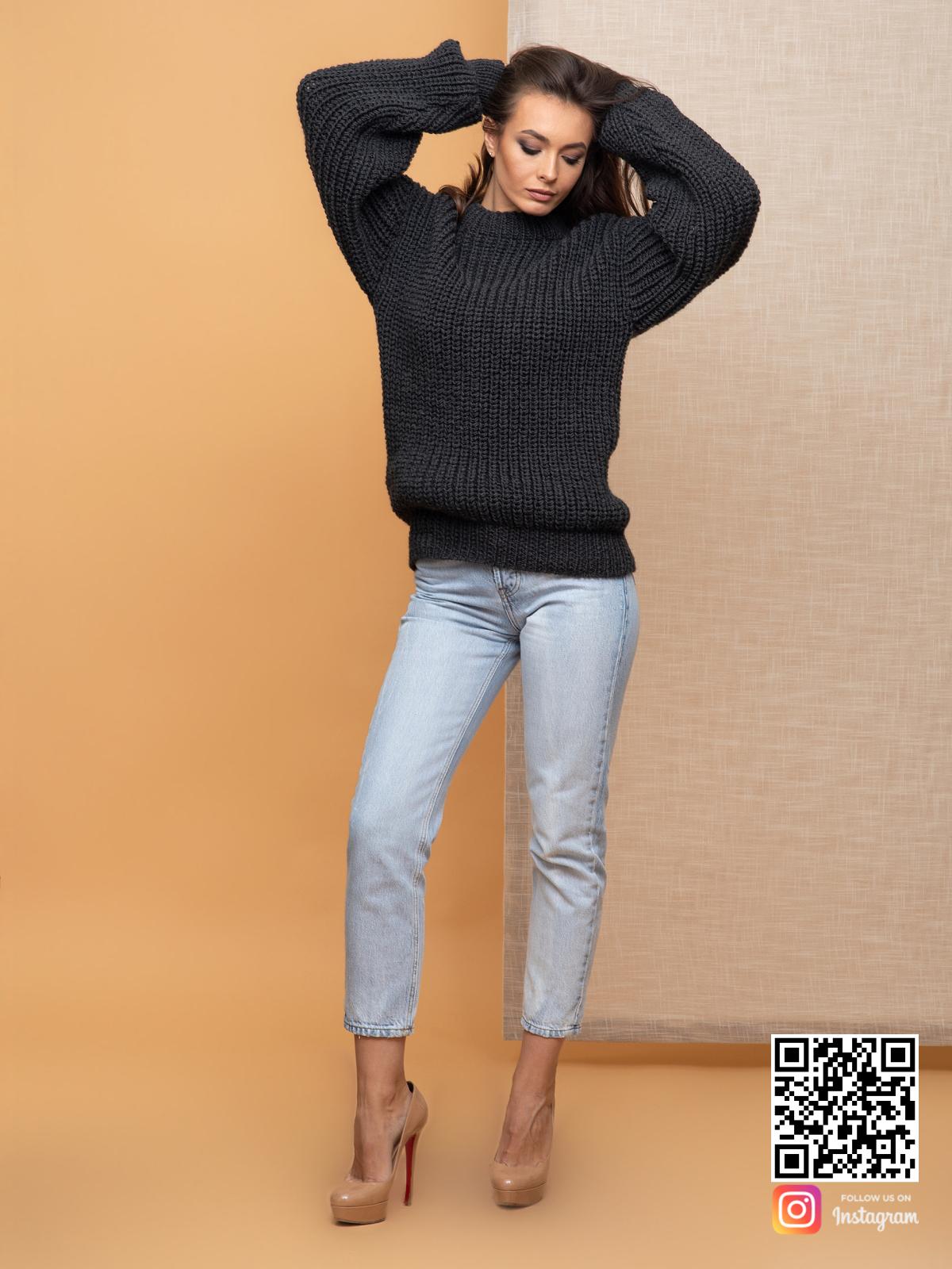 На четвертой фотографии свитер оверсайз для женщин крупной вязки от Shapar, бренда вязаной одежды ручной работы в интернет-магазине связанных спицами вещей.