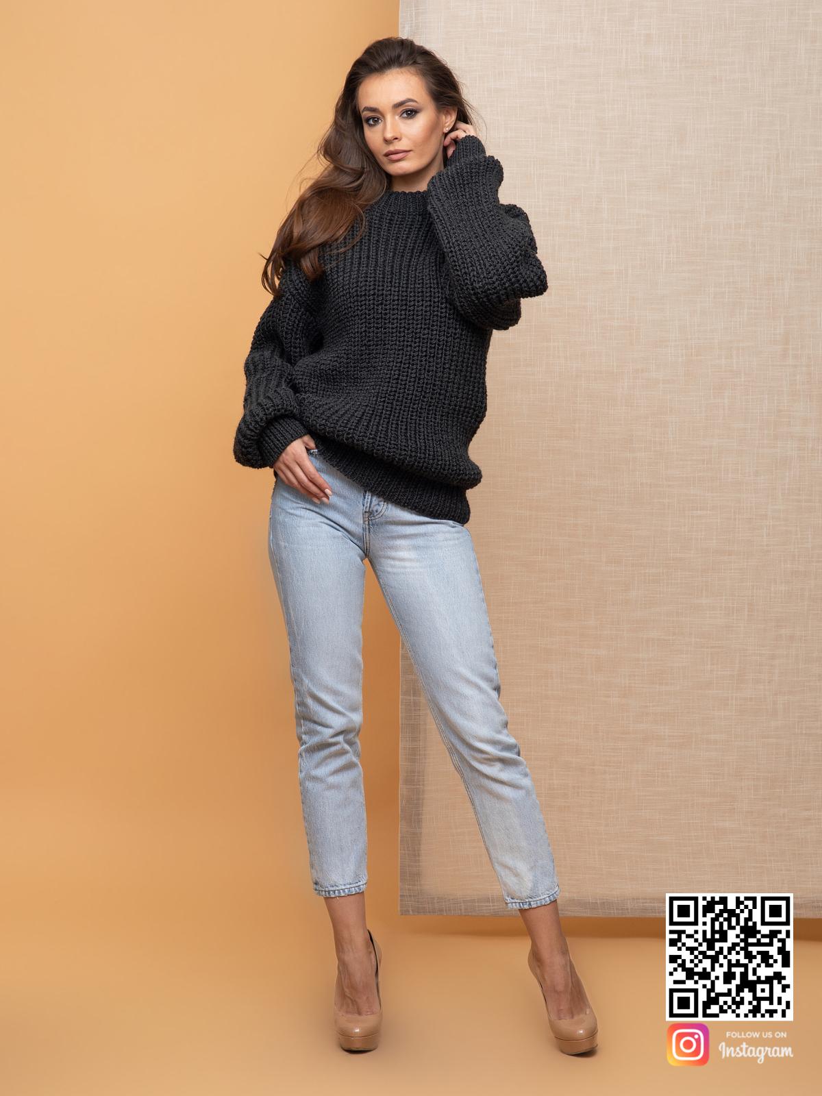 На пятой фотографии объемный свитер оверсайз для женщин от Shapar, бренда вязаной одежды ручной работы в интернет-магазине связанных спицами вещей.
