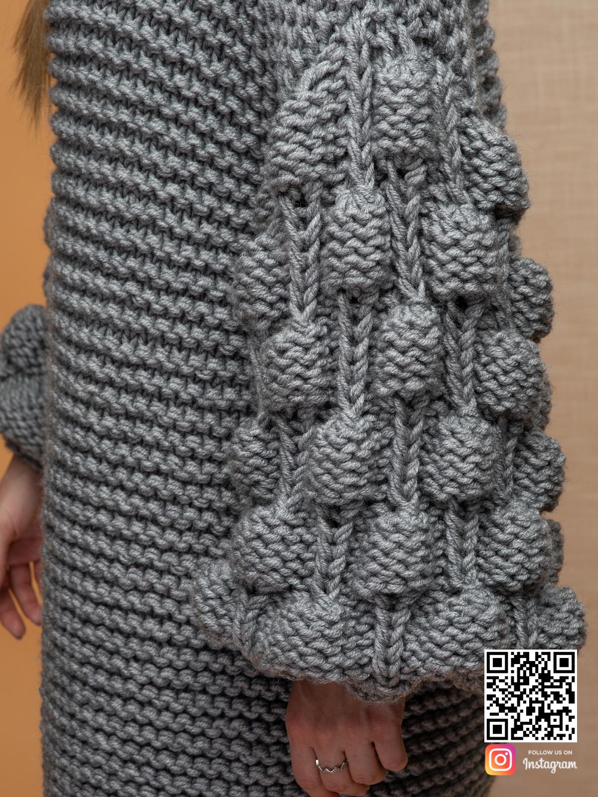 На шестой фотографии свитер оверсайз крупной вязки вблизи с узором на рукавах от Shapar, бренда вязаной одежды ручной работы в интернет-магазине связанных спицами вещей.