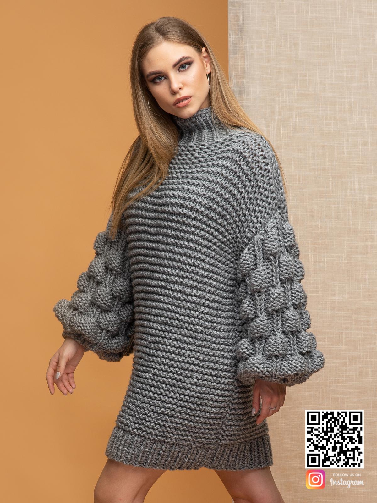 На пятой фотографии женский свитер оверсайз крупной вязки с объемными рукавами от Shapar, бренда вязаной одежды ручной работы в интернет-магазине связанных спицами вещей.