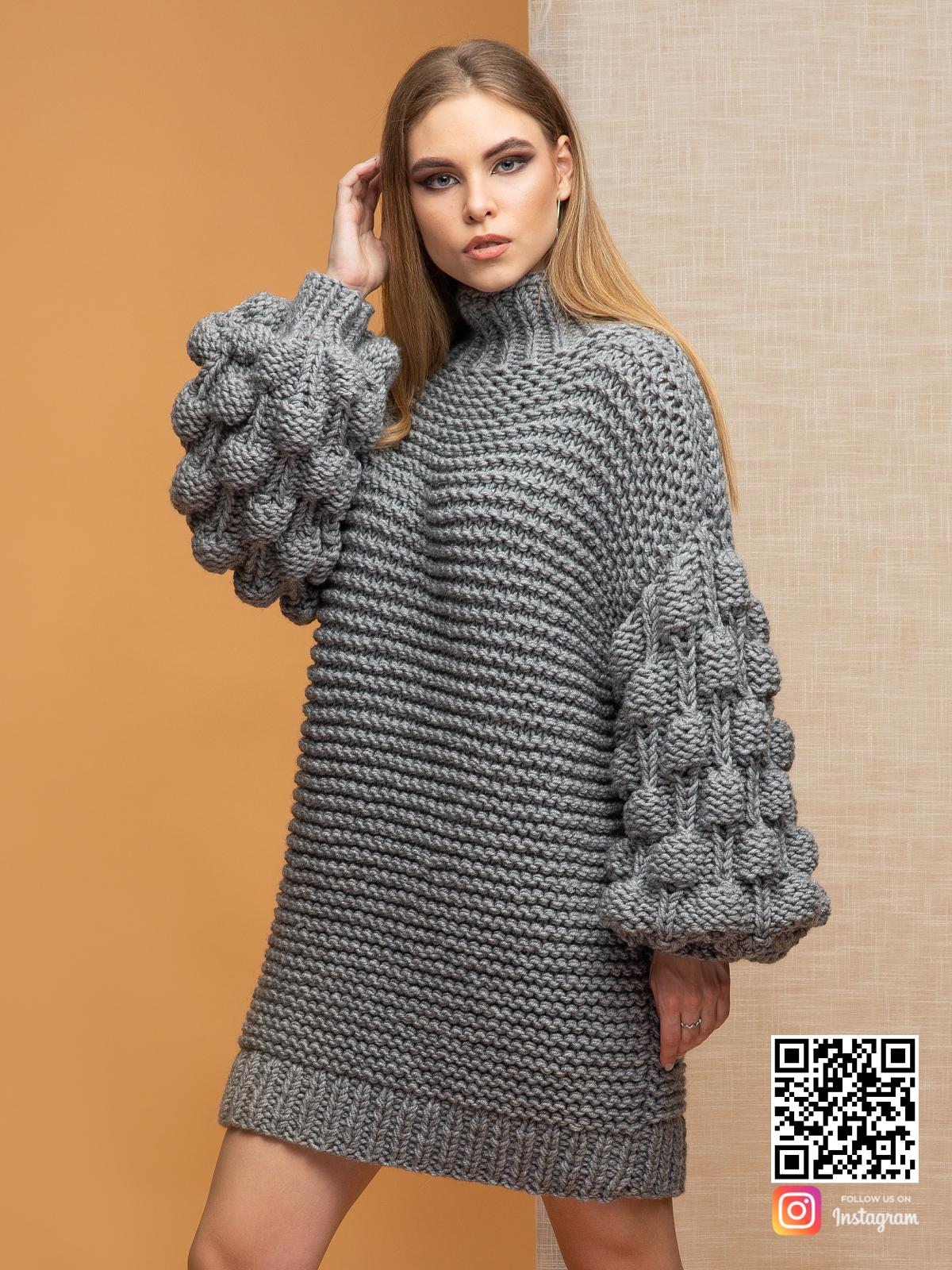 На третьей фотографии женский свитер оверсайз крупной вязки серого цвета от Shapar, бренда вязаной одежды ручной работы в интернет-магазине связанных спицами вещей.