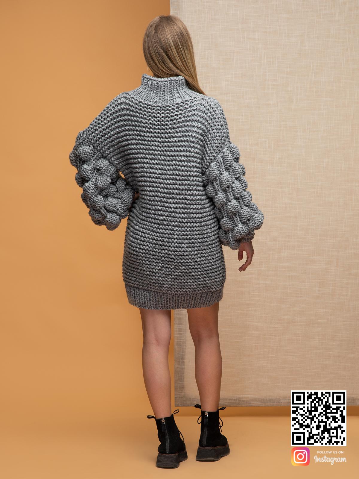 На второй фотографии женский свитер оверсайз крупной вязки со спины от Shapar, бренда вязаной одежды ручной работы в интернет-магазине связанных спицами вещей.
