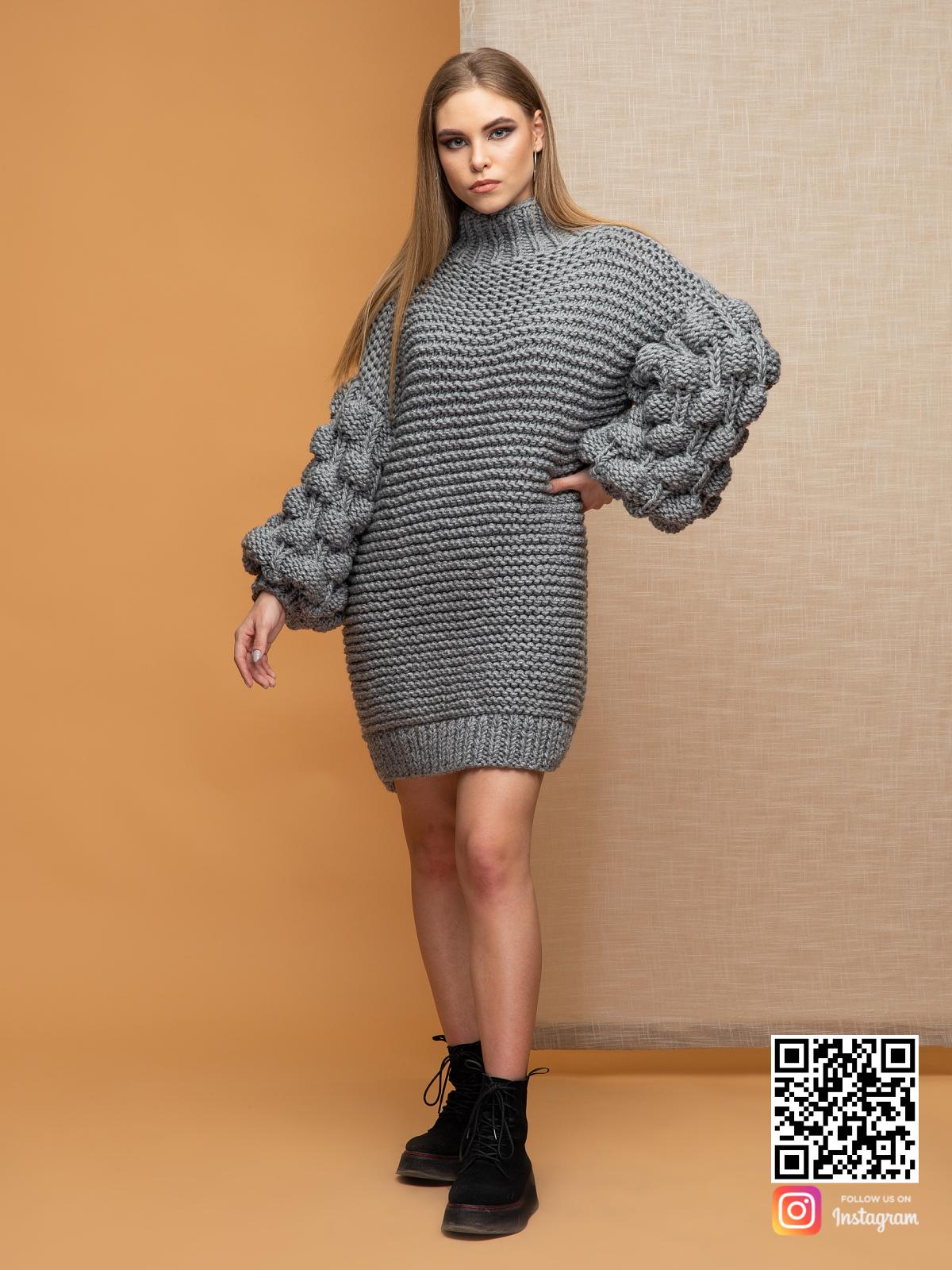 На фотографии женский свитер оверсайз крупной вязки от Shapar, бренда вязаной одежды ручной работы в интернет-магазине связанных спицами вещей.