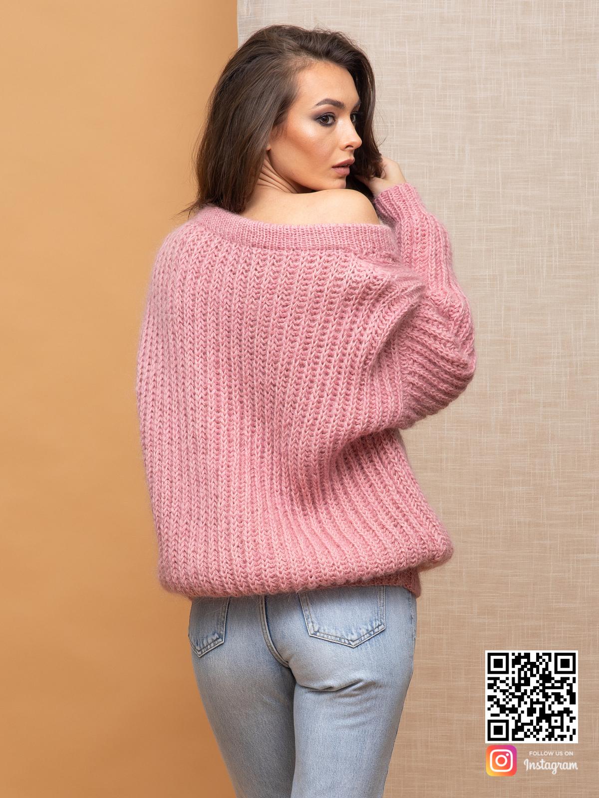 На третьей фотографии женский свитер с v-образным вырезом пудрового цвета со спины от Shapar, бренда вязаной одежды ручной работы в интернет-магазине связанных спицами вещей.