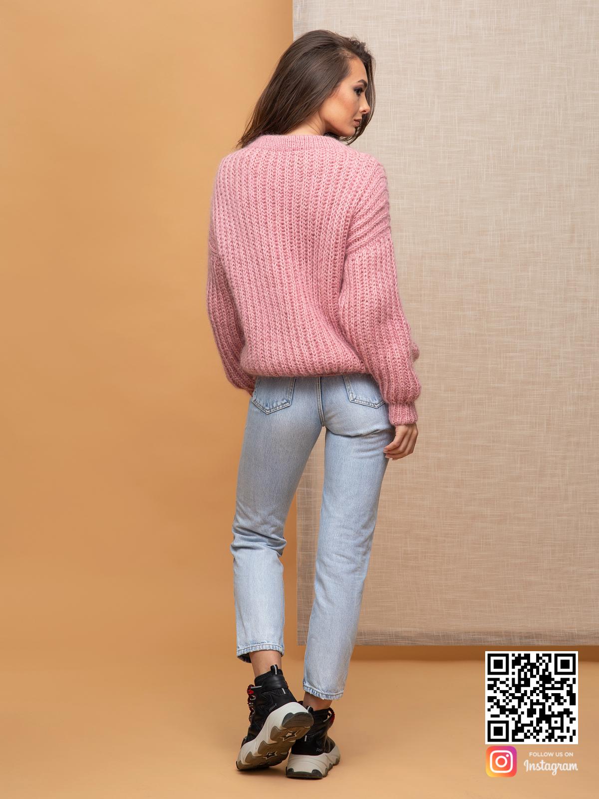 На пятой фотографии женский свитер с v-образным вырезом крупной вязки от Shapar, бренда вязаной одежды ручной работы в интернет-магазине связанных спицами вещей.
