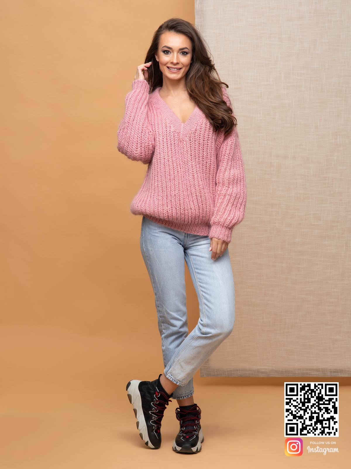 На четвертой фотографии женский свитер с v-образным вырезом из аногры от Shapar, бренда вязаной одежды ручной работы в интернет-магазине связанных спицами вещей.