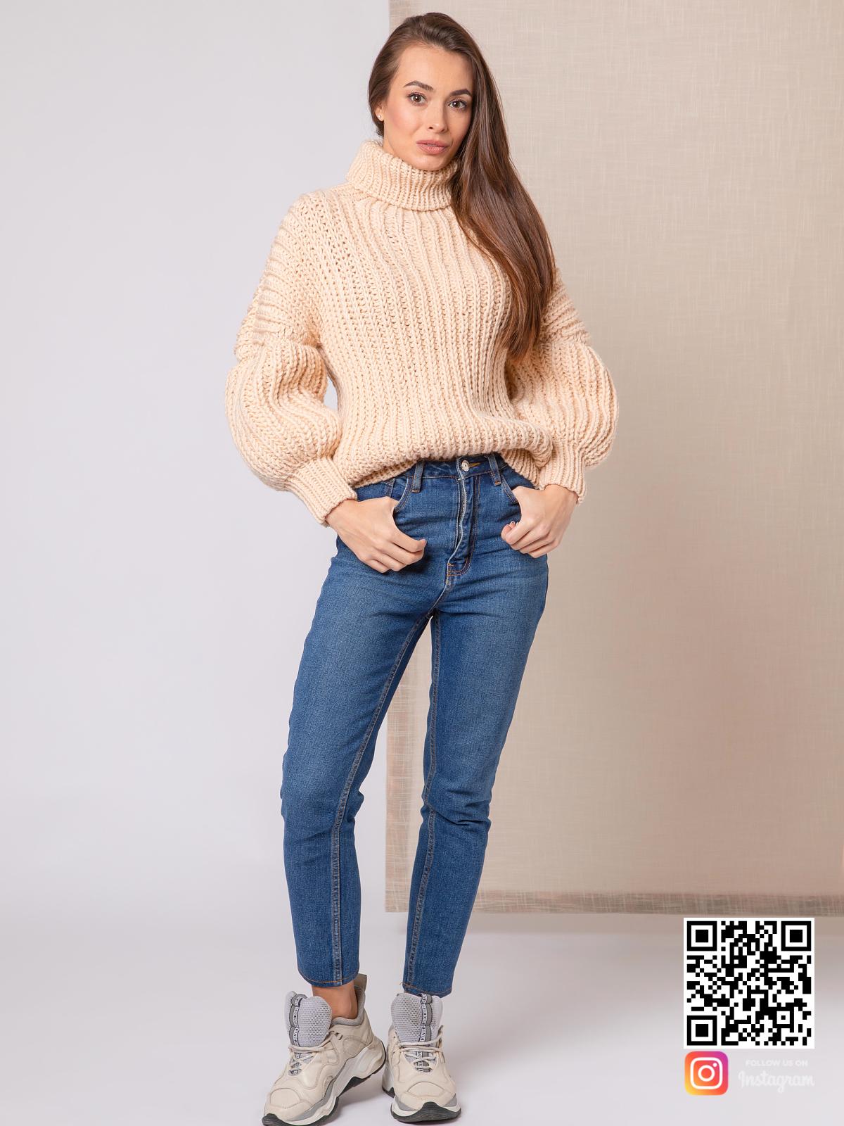 На фотографии свитер с высоким горлом женский от Shapar, бренда вязаной одежды ручной работы в интернет-магазине связанных спицами вещей.