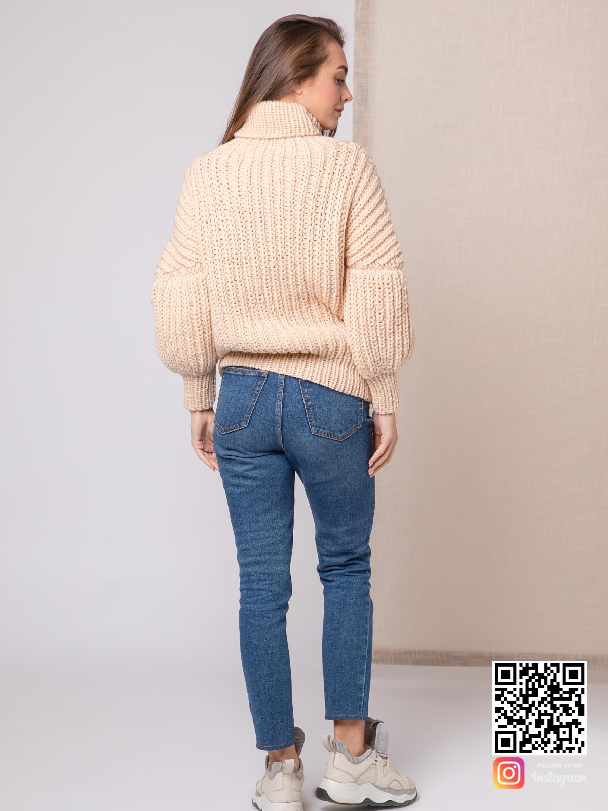 На третьей фотографии свитер с высоким горлом женский со спины от Shapar, бренда вязаной одежды ручной работы в интернет-магазине связанных спицами вещей.