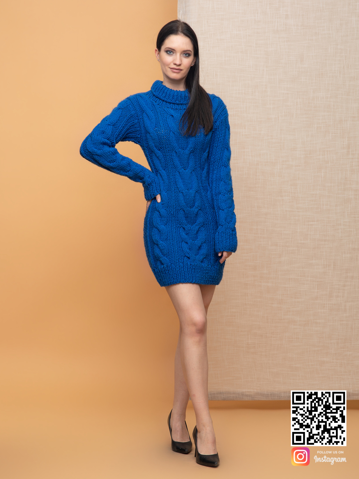 На фотографии женский свитер синего цвета от Shapar, бренда вязаной одежды ручной работы в интернет-магазине связанных спицами вещей.
