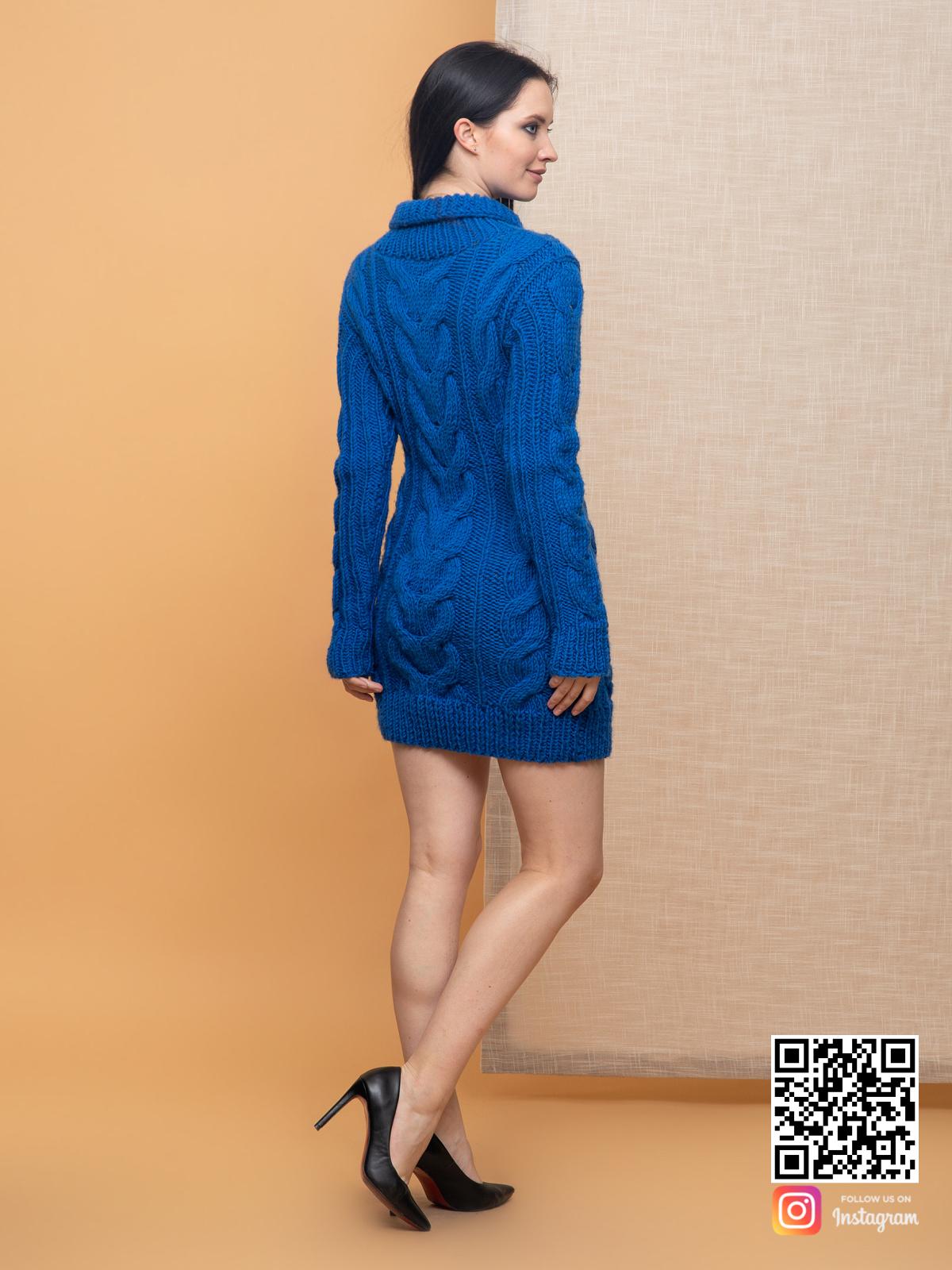 На второй фотографии женский свитер синего цвета со спины от Shapar, бренда вязаной одежды ручной работы в интернет-магазине связанных спицами вещей.