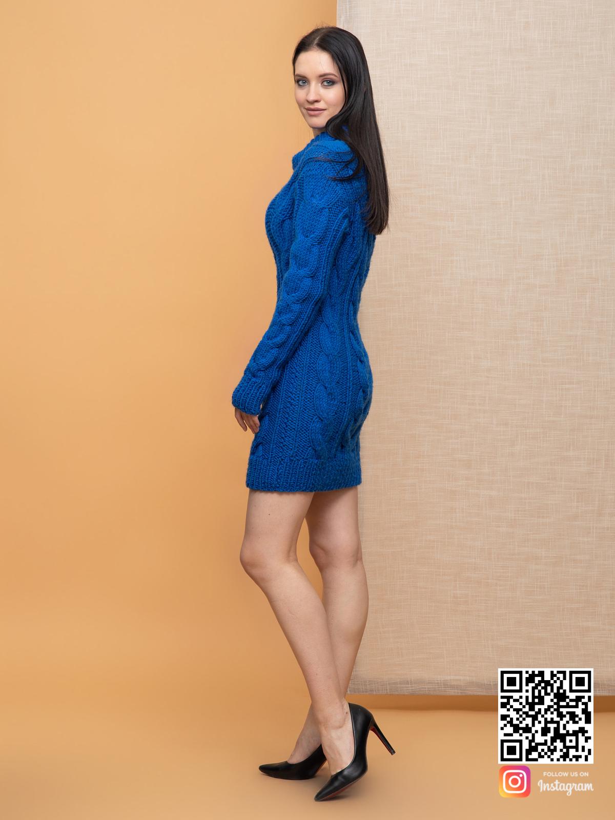 На третьей фотографии длинный женский свитер синего цвета от Shapar, бренда вязаной одежды ручной работы в интернет-магазине связанных спицами вещей.