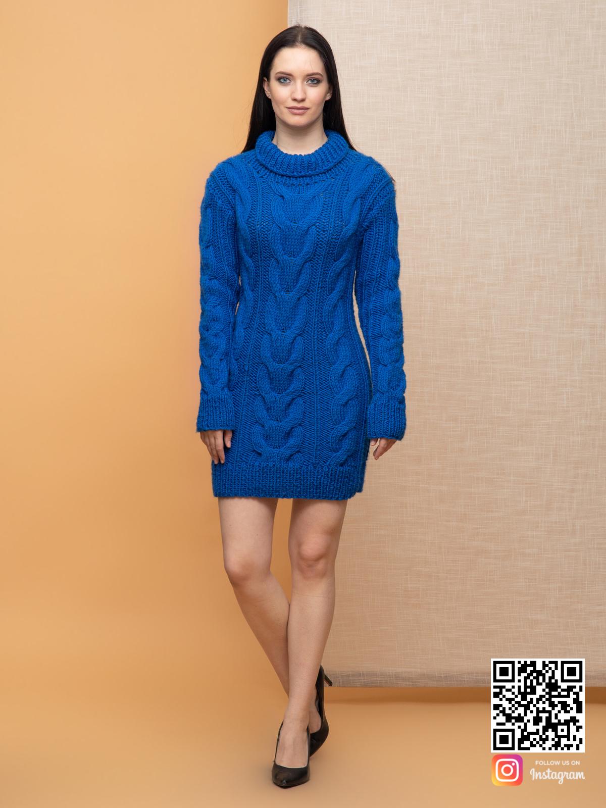 На четвертой фотографии женский свитер синего цвета в косах от Shapar, бренда вязаной одежды ручной работы в интернет-магазине связанных спицами вещей.