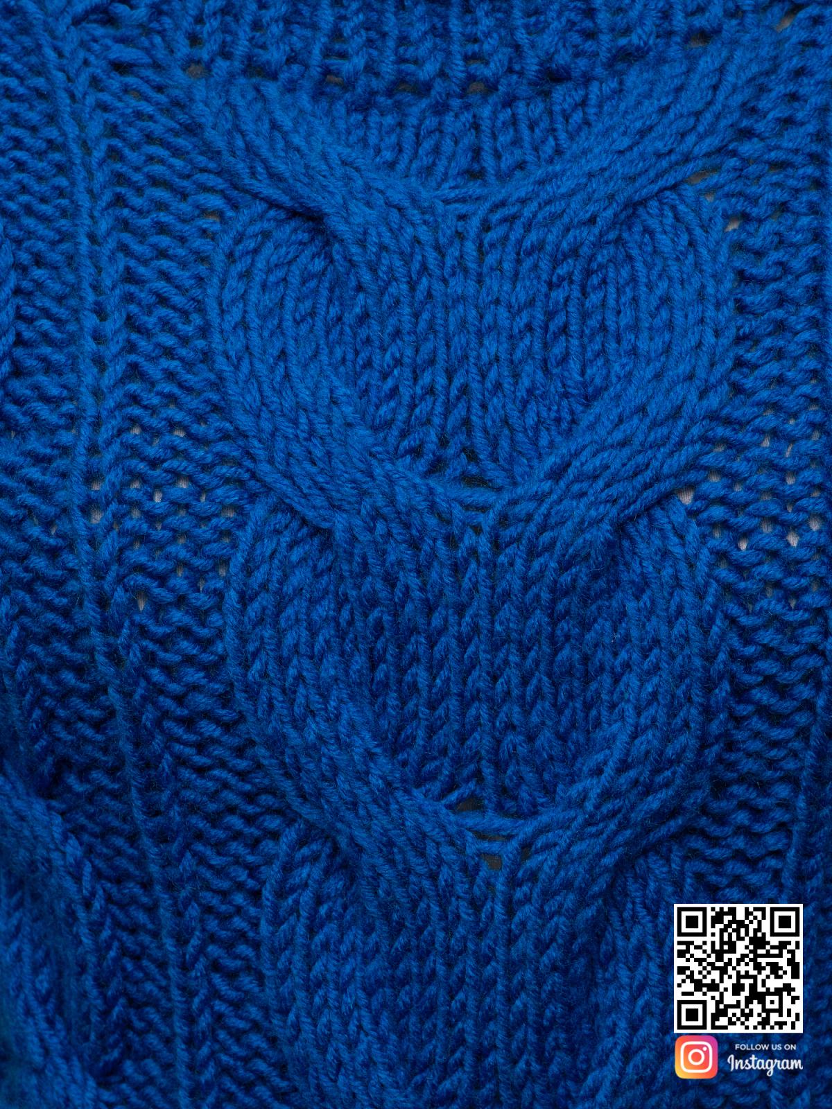 На шестой фотографии женский свитер синего цвета крупным планом от Shapar, бренда вязаной одежды ручной работы в интернет-магазине связанных спицами вещей.