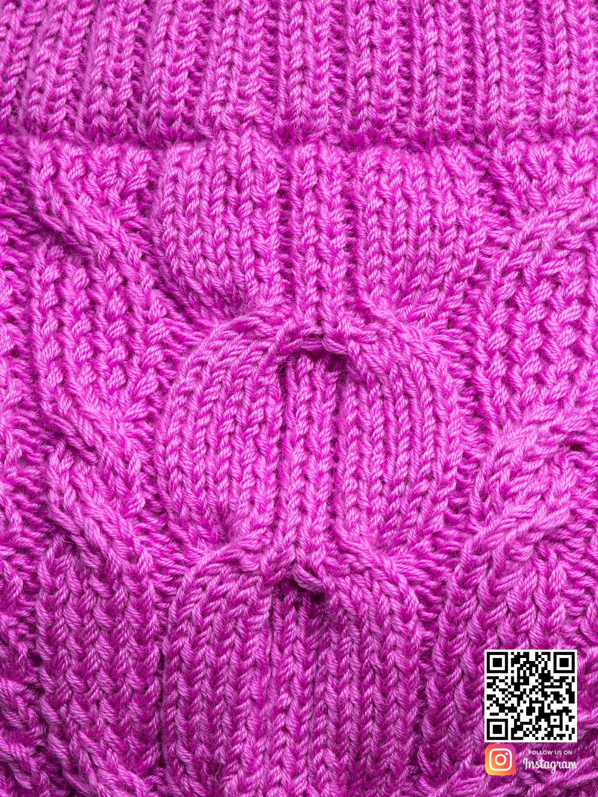На седьмой фотографии свитер женский оверсайз крупным планом от Shapar, бренда вязаной одежды ручной работы в интернет-магазине связанных спицами вещей.