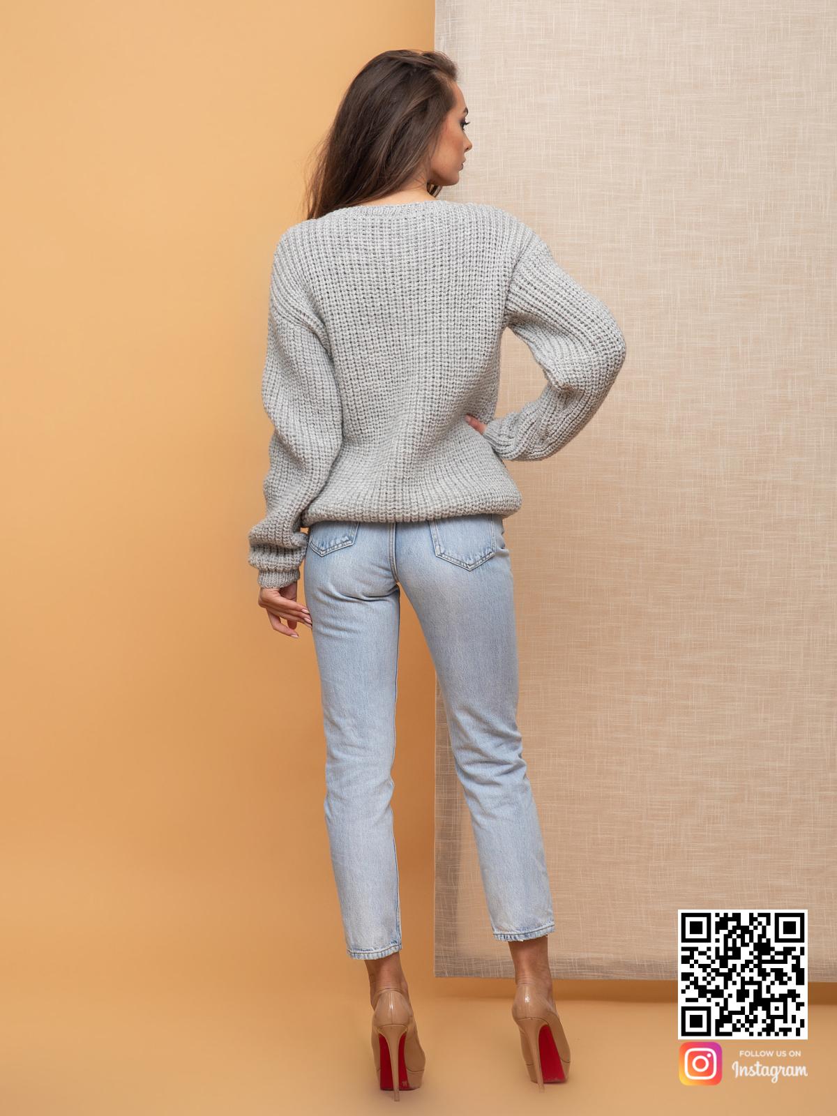 На второй фотографии связанный женский пуловер со спины от Shapar, бренда одежды ручной работы в интернет-магазине вязаных спицами вещей.