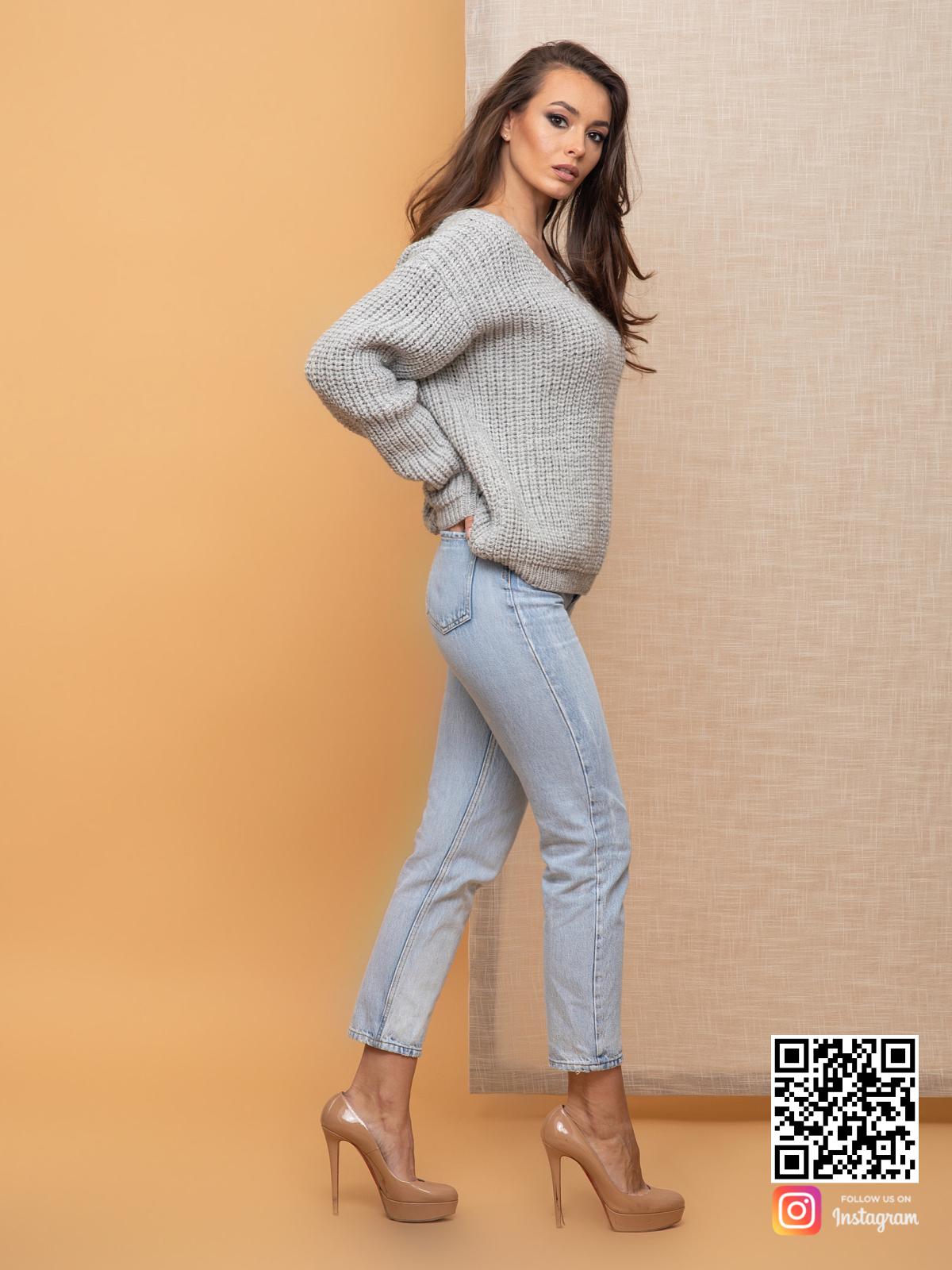 На третьей фотографии связанный женский пуловер серого цвета от Shapar, бренда одежды ручной работы в интернет-магазине вязаных спицами вещей.