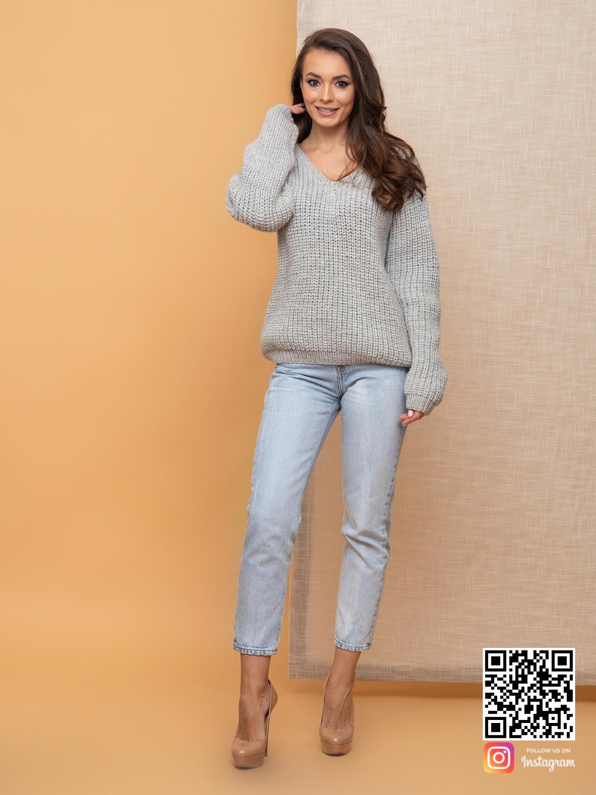 На фотографии связанный женский пуловер от Shapar, бренда одежды ручной работы в интернет-магазине вязаных спицами вещей.