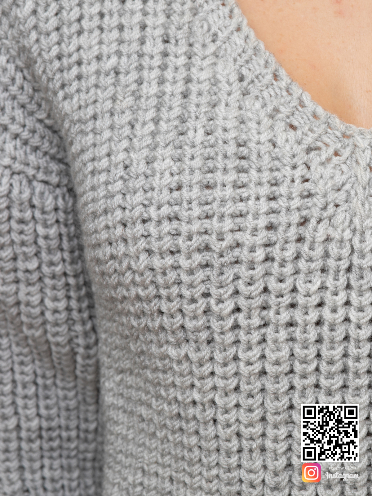 На шестой фотографии связанный женский пуловер крупным планом от Shapar, бренда одежды ручной работы в интернет-магазине вязаных спицами вещей.
