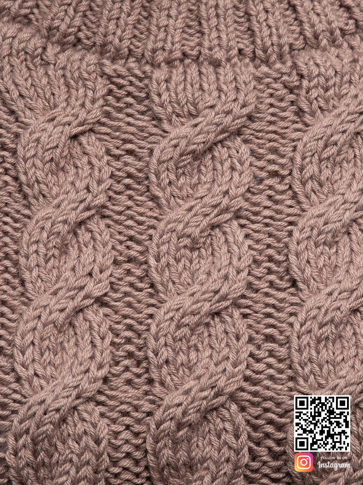 На четвертой фотографии тонкий свитер для женщин крупным планом от Shapar, бренда вязаной одежды ручной работы в интернет-магазине связанных спицами вещей.