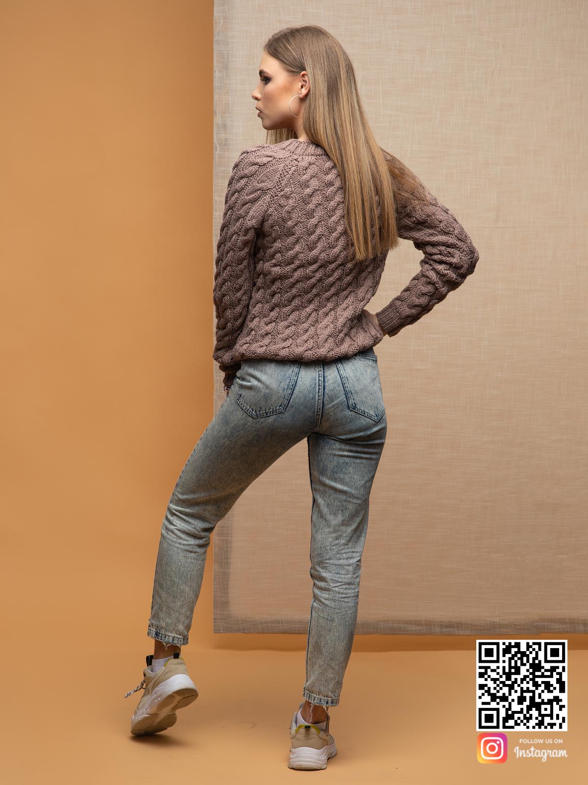 На второй фотографии тонкий свитер для женщин со спины от Shapar, бренда вязаной одежды ручной работы в интернет-магазине связанных спицами вещей.