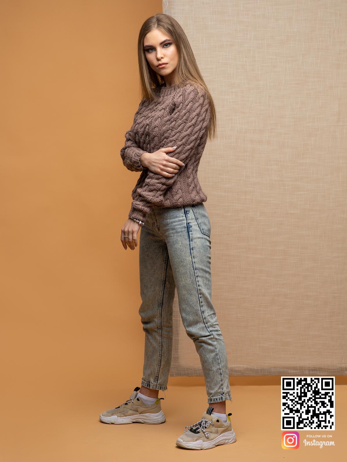 На третьей фотографии тонкий свитер для женщин в косах от Shapar, бренда вязаной одежды ручной работы в интернет-магазине связанных спицами вещей.