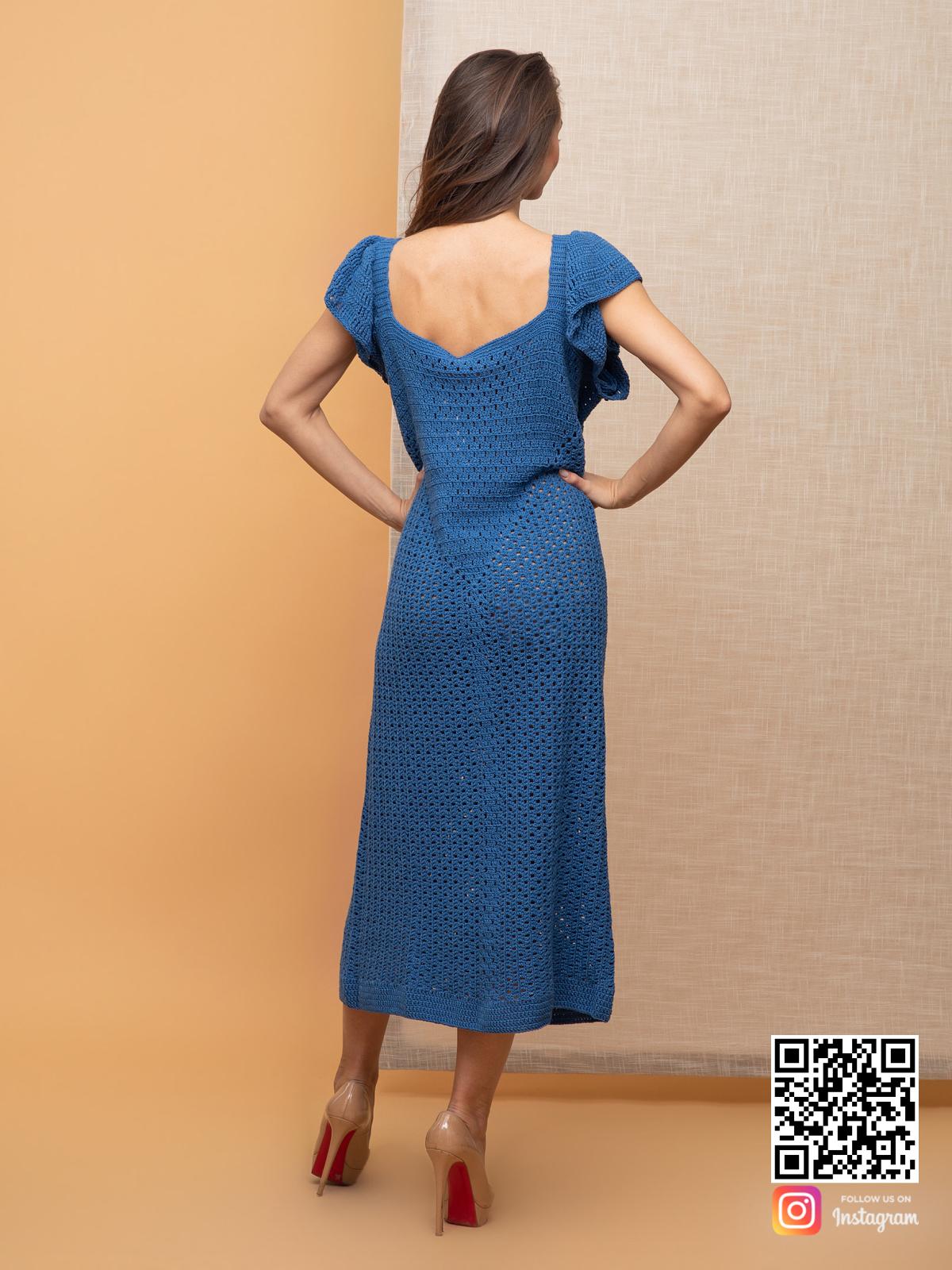 На четвертой фотографии женское вязаное платье без рукавов синего цвета от Shapar, бренда одежды ручной работы в интернет-магазине связанных спицами вещей.