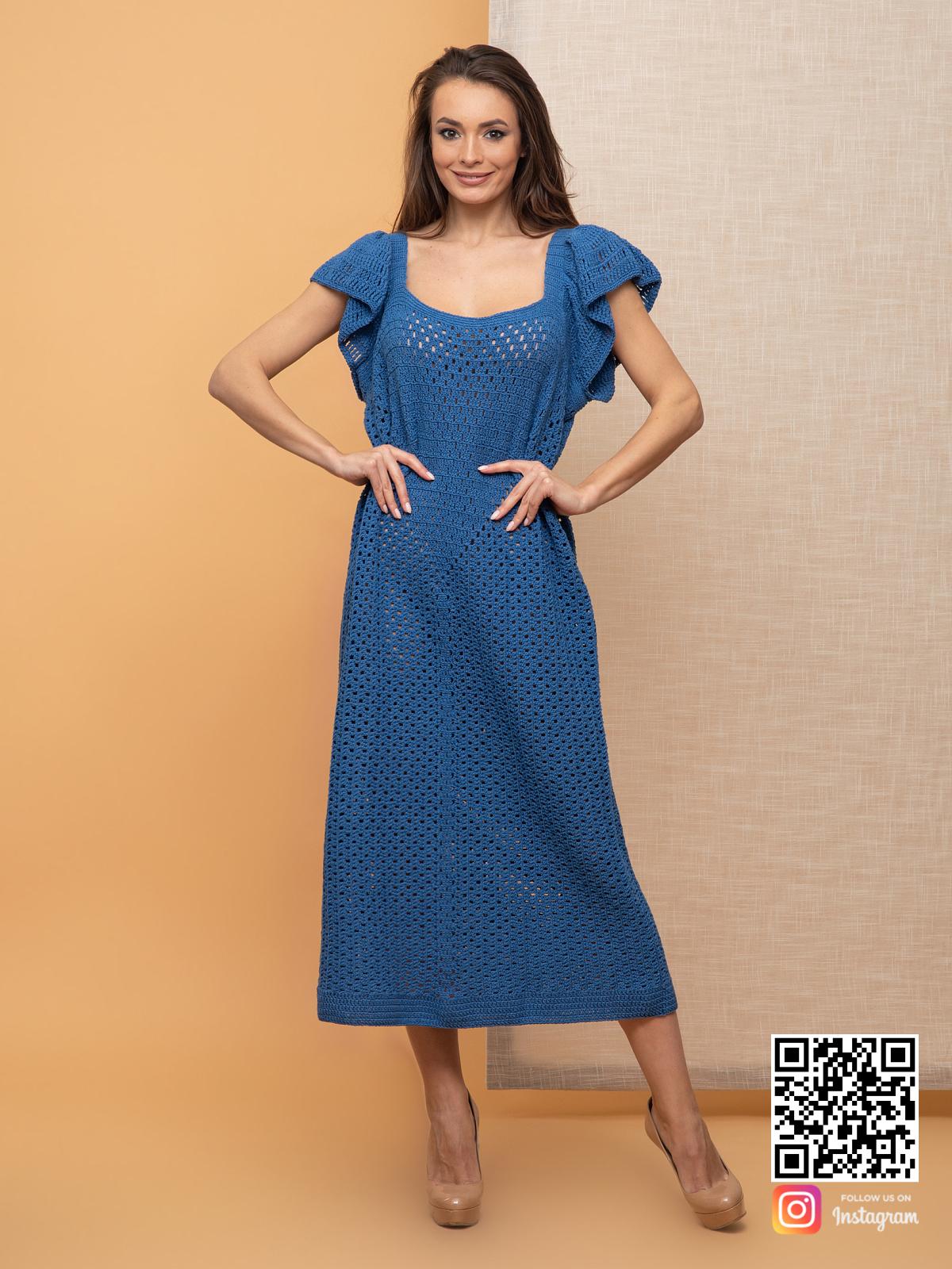 На фотографии женское вязаное платье без рукавов от Shapar, бренда одежды ручной работы в интернет-магазине связанных спицами вещей.
