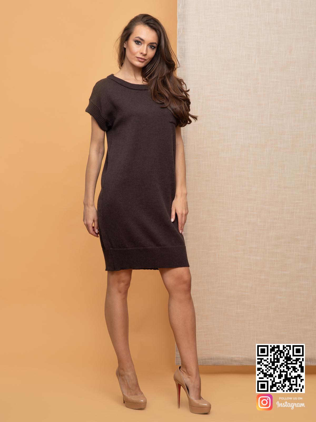 На фотографии вязаное платье летнее от Shapar, бренда женской одежды ручной работы в интернет-магазине связанных спицами вещей.