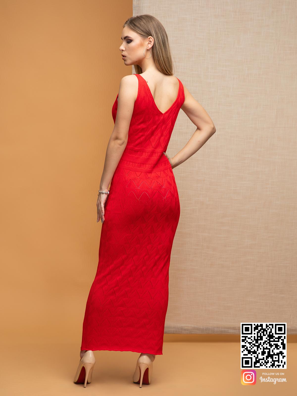 На второй фотографии женское вязаное платье с орнаментом со спины от Shapar, бренда одежды ручной работы в интернет-магазине связанных спицами вещей.