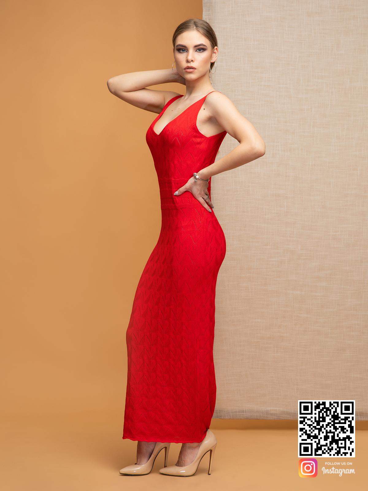 На третьей фотографии красное вязаное платье с орнаментом для девушек и женщин от Shapar, бренда одежды ручной работы в интернет-магазине связанных спицами вещей.