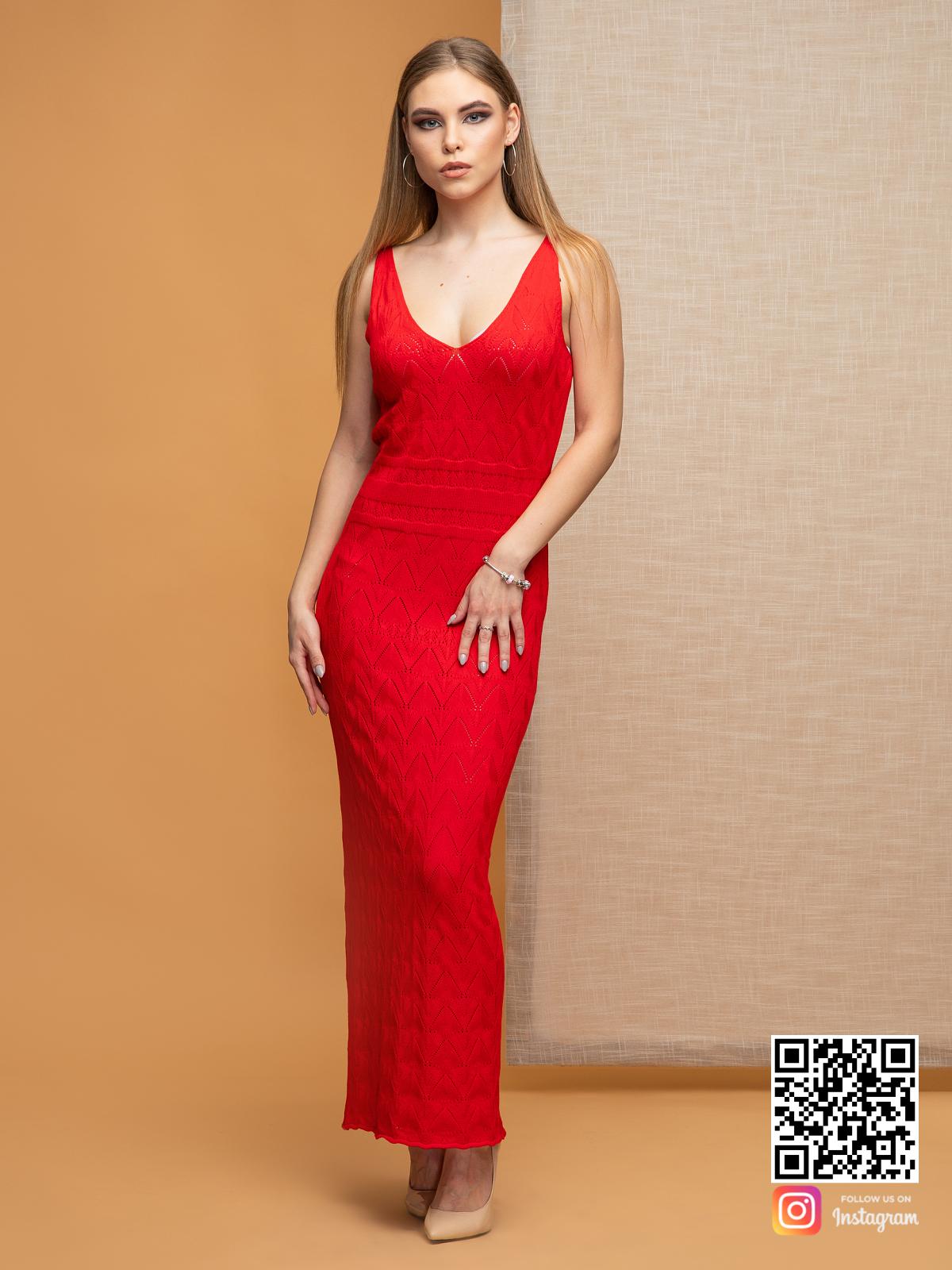 На шестой фотографии женское вязаное платье с орнаментом красного цвета на бретельках от Shapar, бренда одежды ручной работы в интернет-магазине связанных спицами вещей.